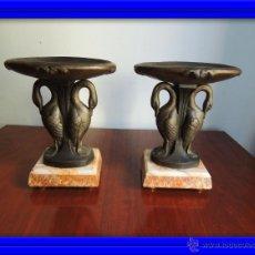 Antigüedades: PAREJA DE COPAS ART DECO DE CALAMINA SOBRE BASE DE MARMOL CON CISNES. Lote 45059116