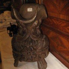 Antigüedades: PIEZA UNICA JARRA TALLA DE MADERA CON DECORACIÓN FLORES - MEDIDA 30 CM. ALTURA OTAL. ANCHO 20 CM.. Lote 46491534