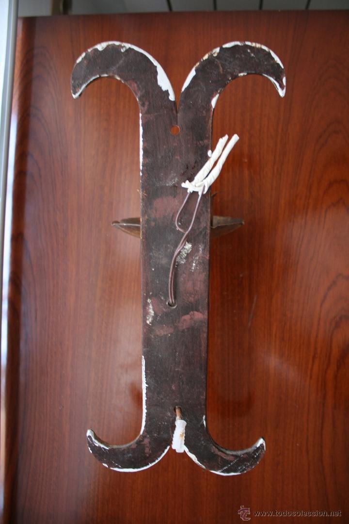 Antigüedades: ANTIGUO APLIQUE DE PARED EN HIERRO FORJADO CON UNA LUZ Y TULIPA DE CRISTAL CON INSTALACION ELECTRICA - Foto 2 - 46528175