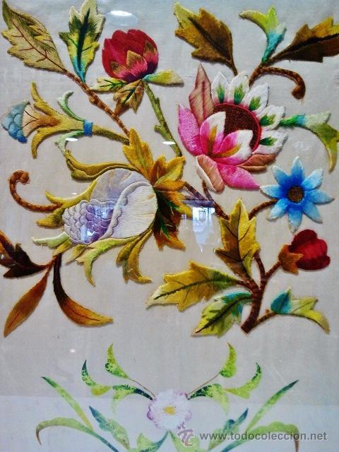 Antigüedades: Antiguo bordado de flores sobre seda con marco antiguo. - Foto 2 - 46534401