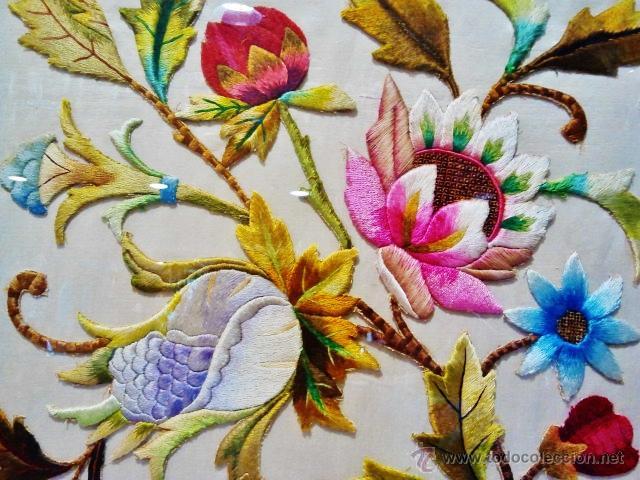 Antigüedades: Antiguo bordado de flores sobre seda con marco antiguo. - Foto 3 - 46534401