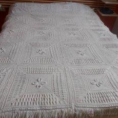 Antigüedades: COLCHA - HECHA A MANO DE PUNTO -180 X 139 CMS.. Lote 46545383