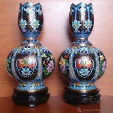 Antigüedades: PAREJA DE IMPRESIONANTES JARRONES CHINOS HECHOS A MANO EN CLOISONNE CON PEANA DE MADERA Y ESTUCHE .. Lote 51125953
