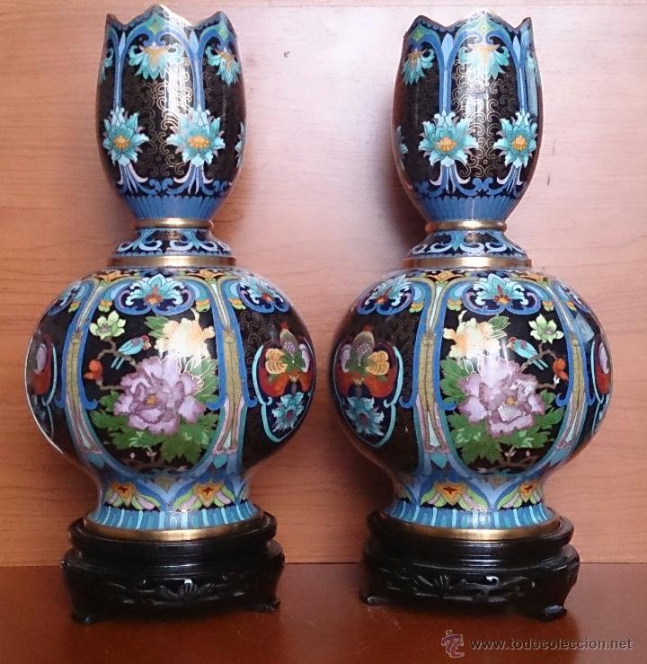Antigüedades: Pareja de impresionantes jarrones chinos hechos a mano en cloisonne con peana de madera y estuche . - Foto 2 - 51125953
