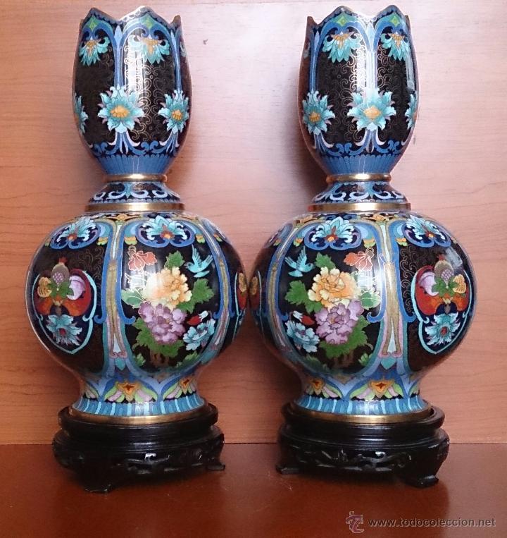 Antigüedades: Pareja de impresionantes jarrones chinos hechos a mano en cloisonne con peana de madera y estuche . - Foto 3 - 51125953