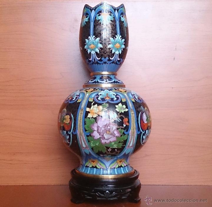 Antigüedades: Pareja de impresionantes jarrones chinos hechos a mano en cloisonne con peana de madera y estuche . - Foto 5 - 51125953