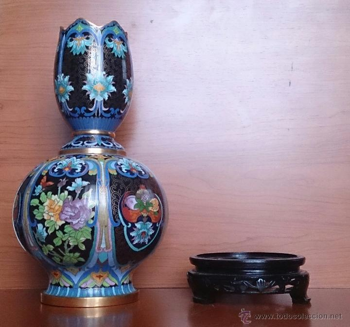 Antigüedades: Pareja de impresionantes jarrones chinos hechos a mano en cloisonne con peana de madera y estuche . - Foto 7 - 51125953
