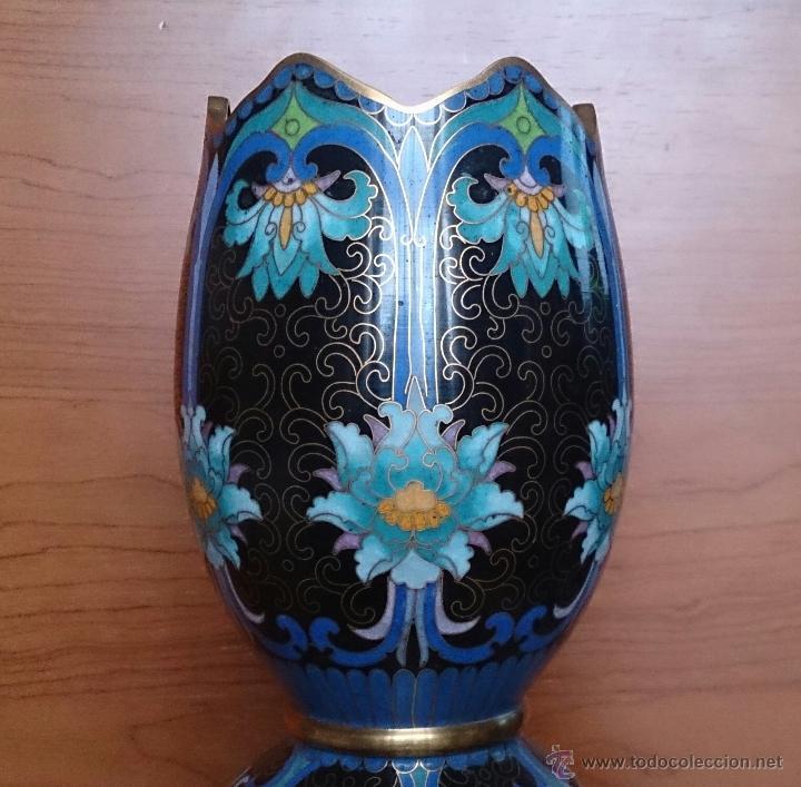 Antigüedades: Pareja de impresionantes jarrones chinos hechos a mano en cloisonne con peana de madera y estuche . - Foto 8 - 51125953