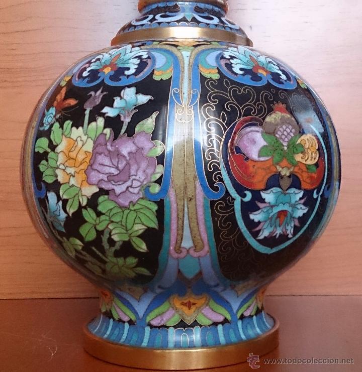 Antigüedades: Pareja de impresionantes jarrones chinos hechos a mano en cloisonne con peana de madera y estuche . - Foto 9 - 51125953
