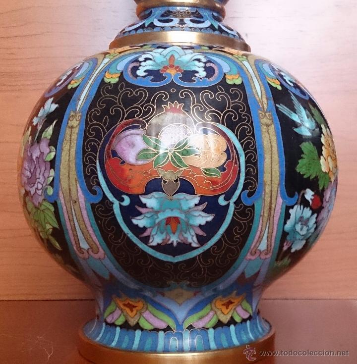 Antigüedades: Pareja de impresionantes jarrones chinos hechos a mano en cloisonne con peana de madera y estuche . - Foto 10 - 51125953