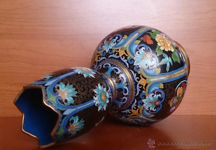 Antigüedades: Pareja de impresionantes jarrones chinos hechos a mano en cloisonne con peana de madera y estuche . - Foto 12 - 51125953