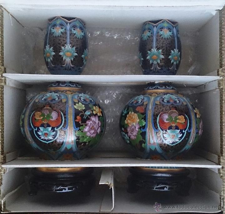 Antigüedades: Pareja de impresionantes jarrones chinos hechos a mano en cloisonne con peana de madera y estuche . - Foto 13 - 51125953