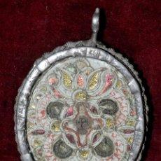Antigüedades: RELICARIO CON RELIQUIAS OSEAS Y MONTADO CON MARCO DE PLATA. SIGLO XVIII. Lote 120525358