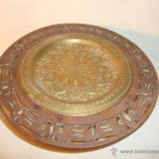 Antigüedades: ANTIGUO ARTICULO DISEÑO ARABE EN MADERA CALADA Y LATON REPUJADO, EN BUEN ESTADO.. Lote 46613693