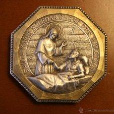 Antigüedades: ANTIGUA MEDALLA EN METAL PLATEADO SANTA MARIA SOLEDAD EN MARCO DE METAL OCTOGONAL. Lote 46617198