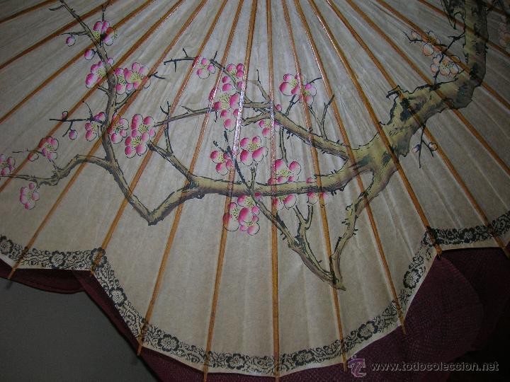 Antigüedades: ANTIGUA SOMBRILLA CHINA EN PAPEL Y BAMBU PINTADA A MANO - Foto 2 - 97701452