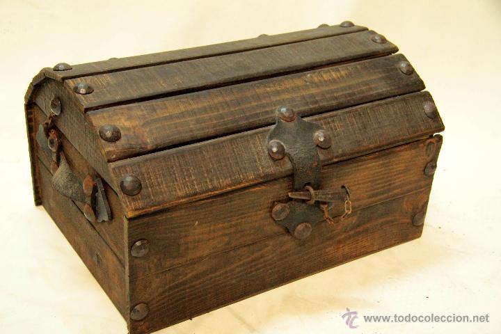 Peque o baul antiguo en madera y hierro muy b comprar - Baules antiguos de madera ...