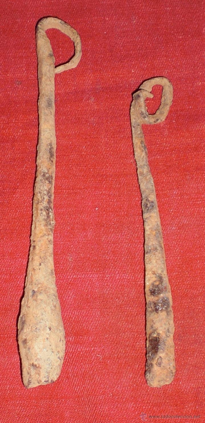2 ANTIGUOS BADAJOS DE HIERRO FORJADO PARA CENCERROS. (Antigüedades - Técnicas - Rústicas - Ganadería)