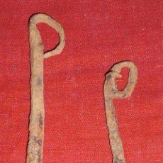 Antigüedades: 2 ANTIGUOS BADAJOS DE HIERRO FORJADO PARA CENCERROS.. Lote 46700603