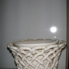Antigüedades: MACETERO LOZA BLANCA CALADA DE MANISES AÑOS 40. Lote 46707572