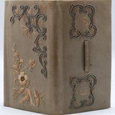 Antigüedades: CARNET DE BAILE AGENDA EN PIEL BORDADA CON HILO PLATA Y DORADO FLORES INICIALES HACIA 1900. Lote 46737135