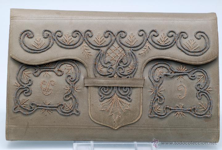 Antigüedades: Carnet de baile agenda en piel bordada con hilo plata y dorado flores iniciales hacia 1900 - Foto 2 - 46737135
