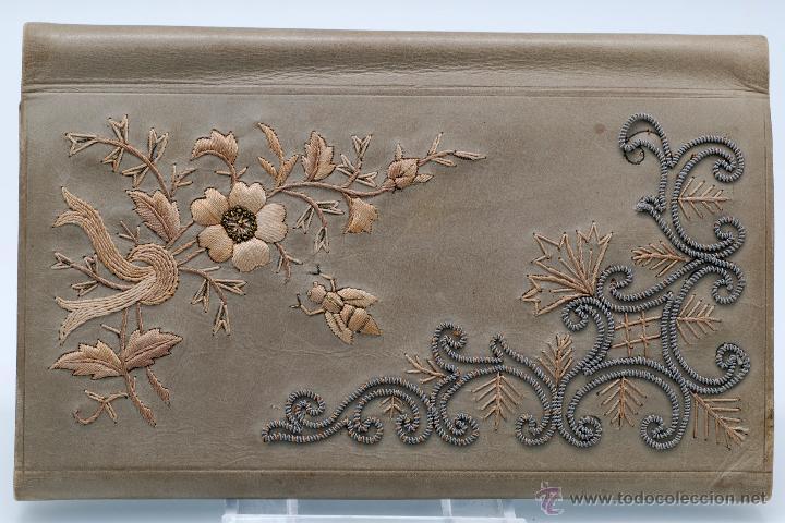 Antigüedades: Carnet de baile agenda en piel bordada con hilo plata y dorado flores iniciales hacia 1900 - Foto 3 - 46737135
