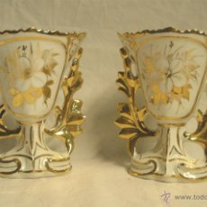 Antigüedades: PAREJA JARRONES ISABELINO S XIX, PORCELANA POLICROMADA PAN DE ORO. MED. 11 X 7,50 X 14 CM. Lote 46738318