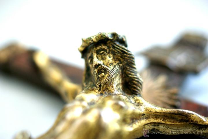 Antigüedades: CRUCIFIJO DE BRONCE SOBREDORADO - S. XVII - Foto 8 - 46755538
