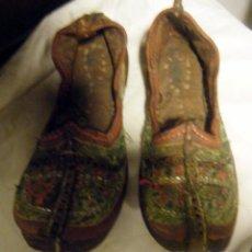 Antigüedades: ANTIGUOS ZAPATOS BABUCHAS ORIENTALES CUERO BORDADO BIRMANIA. Lote 46756830