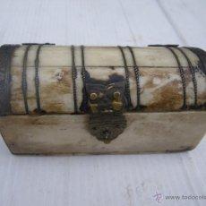 Antigüedades: EXCEPCIONAL CAJA DE HUESO POSIBLEMENTE JOYERO , RESTOS DE SEDA EN EL INTERIOR.. Lote 46771032