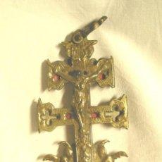 Antigüedades: CRUZ DE CARAVACA S XIX, BRONCE CON RELIQUIAS INTERIOR. MED. 6 X 14 CM. Lote 46819305