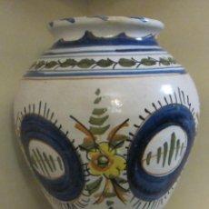 Antigüedades: TINAJA DE TERRACOTA ESMALTADA Y DECORADA A MANO. MARCA EN BASE TALAVERA. ALTURA 23 CM. Lote 46941585