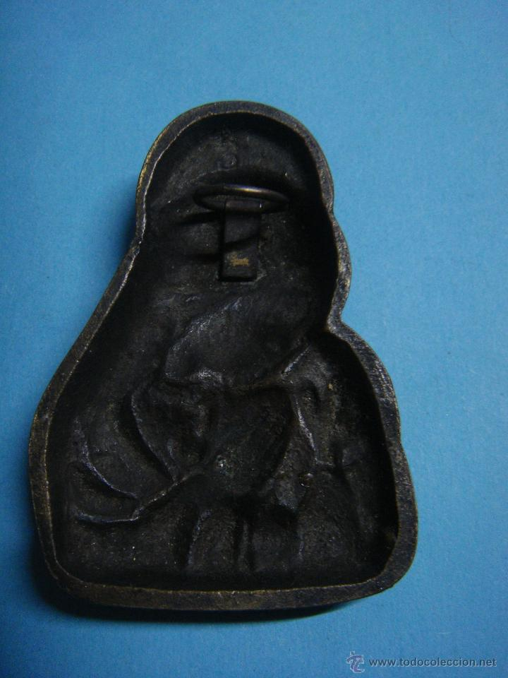 Antigüedades: Pequeña figura de 6cm de la virgen. Virgen en latón con colgador por la parte trasera. Años 60 - Foto 2 - 46957478