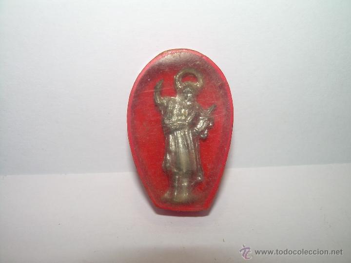 ANTIGUA IMAGEN DE SANTO.....METALICA EN CAJA DE CELULOIDE. (Antigüedades - Religiosas - Varios)