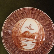 Antigüedades: PLATO DE CERAMICA PINTADO A MANO ESCENA MARJAL DE 23 CM EN RELIEVE. Lote 47027169