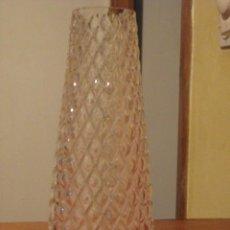 Antigüedades: TULIPA PARA QUINQUE DE CRISTAL CON RELIEVE. Lote 47059424