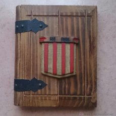 Antigüedades: ALBUM ANTIGUO PARA FOTOGRAFIA EN MADERA CON BANDERA CATALANA Y GRABADO CAN PIQUÉ ( FAMILIA PIQUÉ ).. Lote 47070586