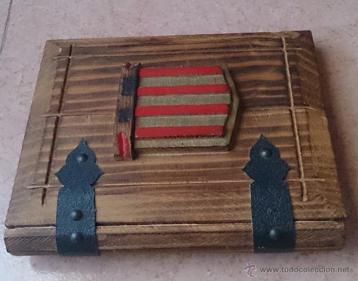 Antigüedades: Album antiguo para fotografia en madera con bandera Catalana y grabado Can Piqué ( Familia Piqué ). - Foto 3 - 47070586