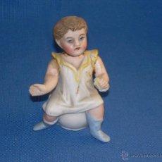 Antigüedades: ANTIGUA FIGURA DE PORCELANA - AÑOS 30/40 APROX - NIÑO EN ORINAL - MIDE 8.5 CMS - DETERIORADA Y PEGAD. Lote 47138806
