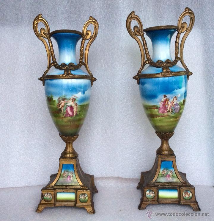 pareja de jarrones en porcelana antigua decorados con escenas mitolgicas cm altura