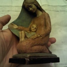 Antigüedades: FIGURA DE VIRGEN CON NIÑO, MADE IN ITALY PINTADA A MANO, NUMERADA 997 MARCA ARTIGIAN ART. Lote 47177543