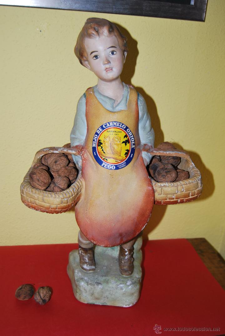 ANTIGUO EXPOSITOR DE YESO - NARANJAS - ORTOLÁ - PEGO ALICANTE - FIGURA DE ESCAYOLA - NIÑO CON CESTOS (Antigüedades - Porcelanas y Cerámicas - Otras)