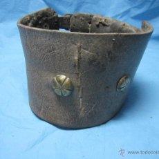 Antigüedades: COLLAR ANTIGUO PARA PERRO DE CUERO Y DEFENSIVO POR SU ANCHURA PIEZA DE MUSEO ETNOGRAFICA. Lote 47265892