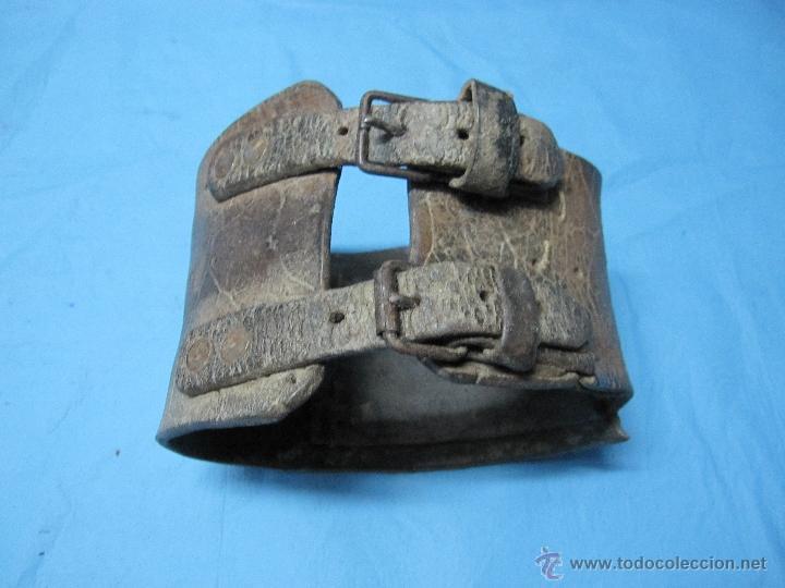 Antigüedades: COLLAR ANTIGUO PARA PERRO DE CUERO Y DEFENSIVO POR SU ANCHURA PIEZA DE MUSEO ETNOGRAFICA - Foto 7 - 47265892