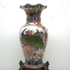 Antigüedades: 48 CM - BELLO JARRON PORCELANA CHINA CON PEANA DE MADERA LACADA. Lote 47291159