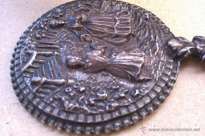 Antigüedades: MUY ANTIGUO ESPEJO EN UN METAL PLATEADO CON UNA ESCENA DE AMOR EN RELIEVE ( solo le falta espejo ) - Foto 3 - 47319967