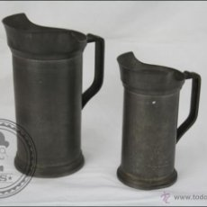 Antigüedades: PAREJA DE JARRAS DE MEDIDA DE 1 Y 1/2 LITRO - PELTRE - SELLO BRITANIA PEWTER - 20 Y 16 CM DE ALTURA. Lote 47324643