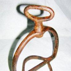 Antigüedades: ESTRIBO MUY ANTIGUO HIERRO FORJADO, PROBABLE S. XVIII. Lote 47369184