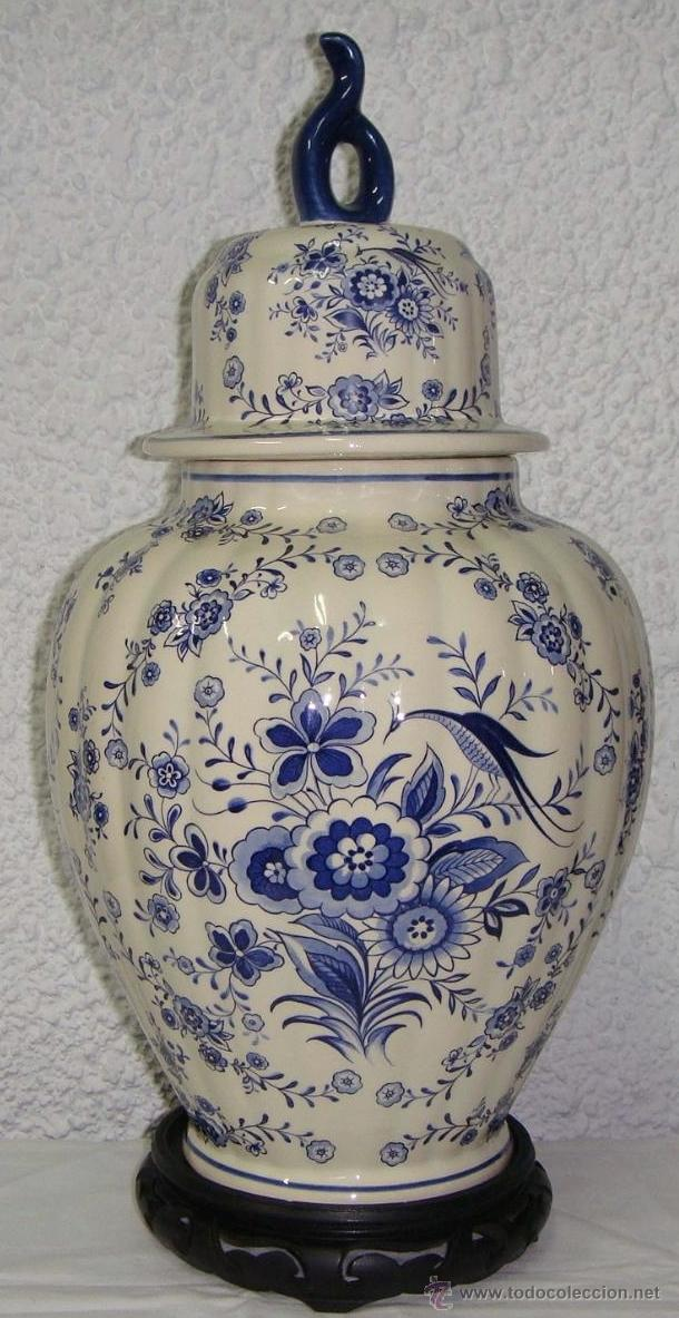 ANTIGUO TIBOR O JARRÓN DE PORCELANA. HOLANDA - DELFT. CON SELLO. BASE DE MADERA. (Antigüedades - Porcelana y Cerámica - Holandesa - Delft)